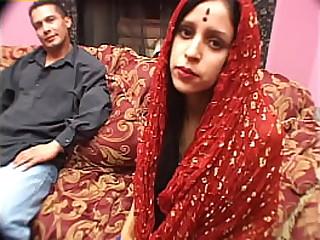 Как только ты видишь экзотическую индийскую девушку, ты понимаешь, что она горячая шлюшка